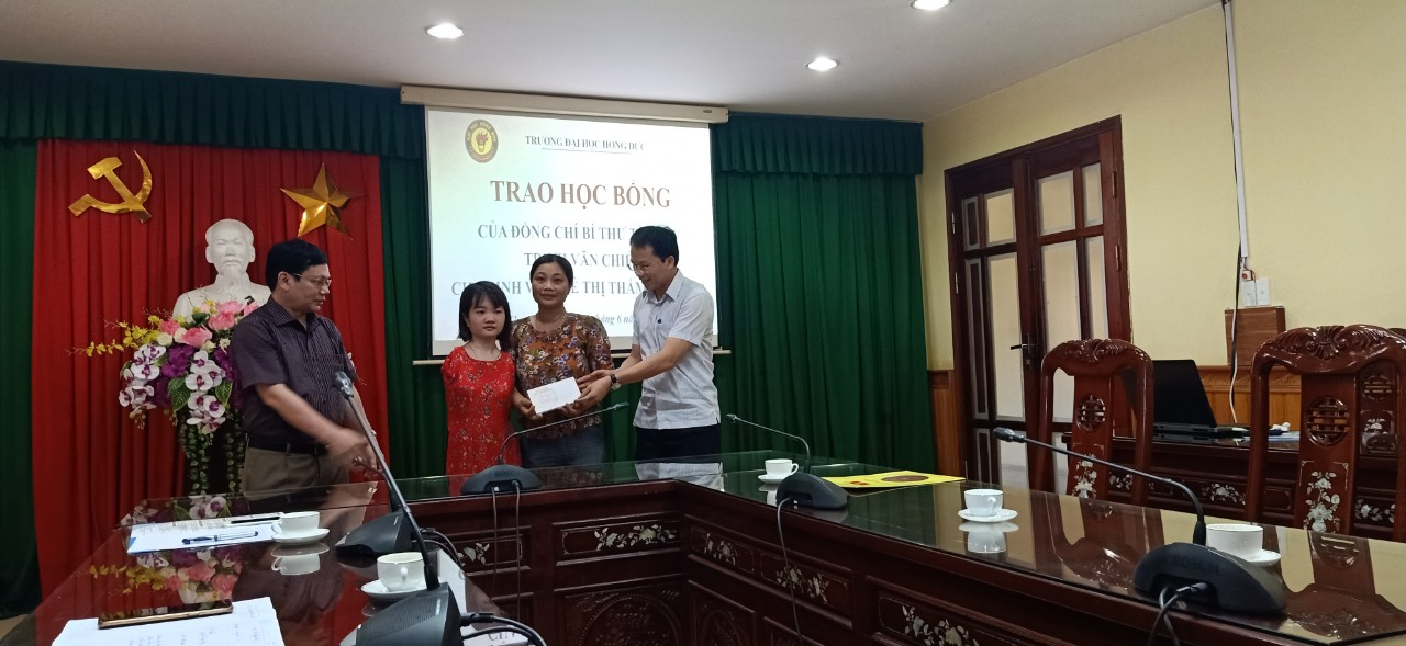Đồng chí Bí thư Tỉnh ủy Thanh Hóa Trịnh Văn Chiến trao suất học bổng trị giá 10 triệu cho sinh viên khuyết tật Lê Thị Thắm